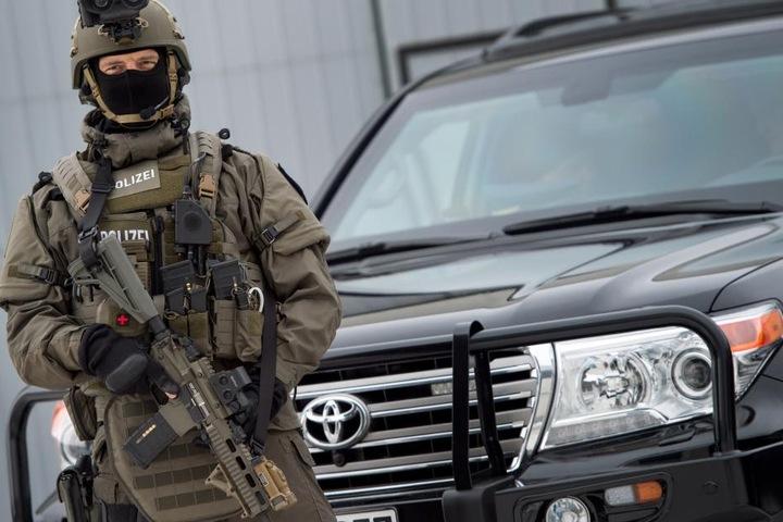 Mittel gegen Gewalt sind unter anderem stichsichere Schutzwesten und Helme.
