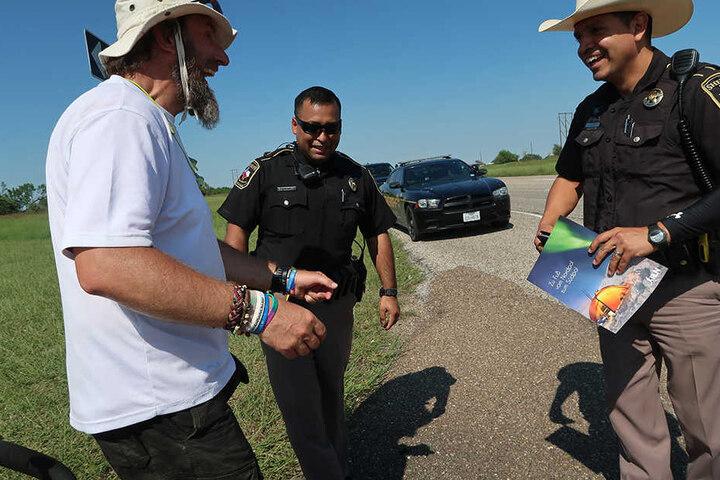 In Texas staunten selbst die sonst so grimmigen Polizisten über den komischen Vogel und seinen Traum.