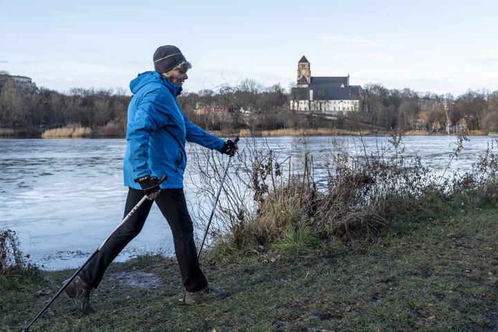 Kathrin Eckert (57), Trainerin für Gesundheitssport, schwört auf Nordic Walking an frischer Luft.