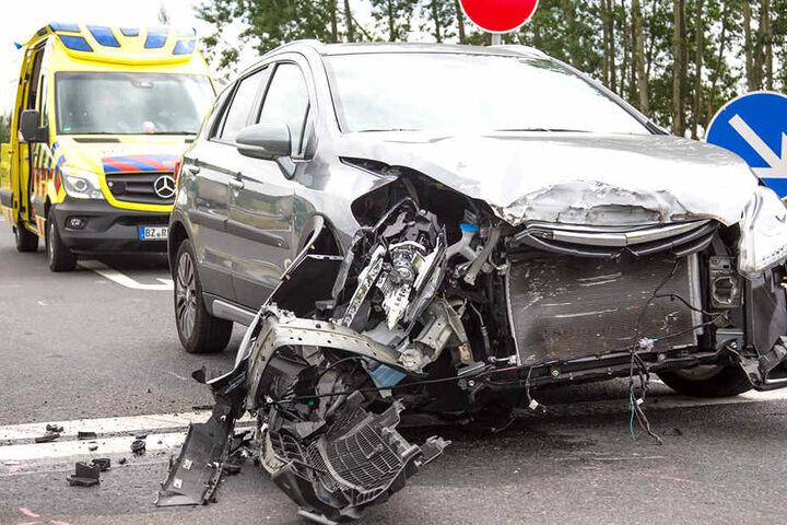 Die Fahrzeugfront eines Suzukis wurde bei einem Unfall schwer beschädigt.