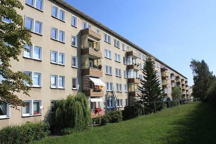 Unsaniert und nur wenige Balkons: Der Plattenbau in der Liddy-Ebersberger-Straße.