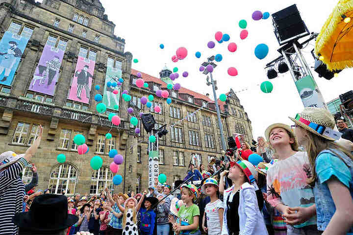 Musikschüler sangen ein extra komponiertes Lied für die Veranstaltung. Danach flogen Luftballons.
