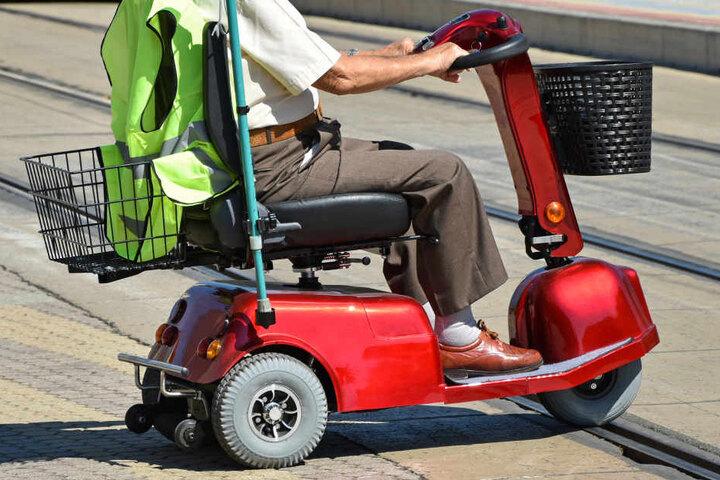 Nach ersten Erkenntnisse nahm der Rollstuhlfahrer dem Auto die Vorfahrt und stieß daraufhin mit diesem zusammen. (Symbolbild)