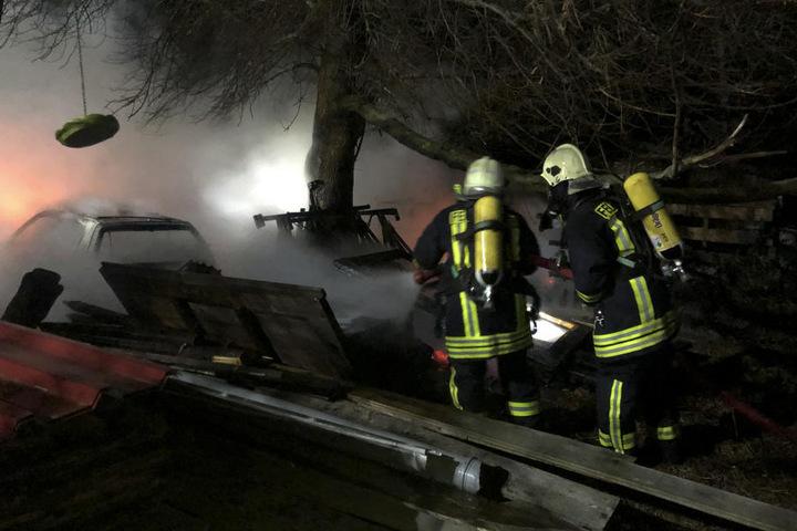 Die Feuerwehr löschte auch ein brennendes Auto.