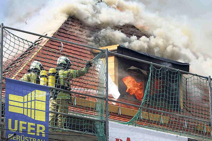 Ein Dachstuhlbrand in Langebrück stellte die Feuerwehr im Mai vor eine große  Herausforderung.