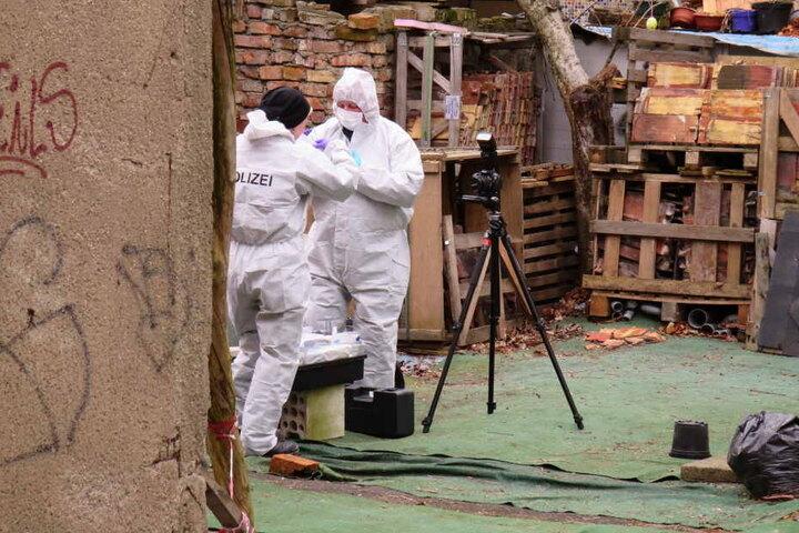 Kriminaltechniker dokumentieren den Fundort der zweiten Leiche in einem Abrisshaus im Leipziger Westen.