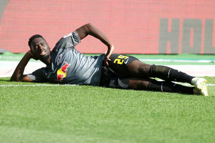 Jo, kann man es sich ruhig mal gemütlich machen: Jean-Kevin Augustin liegt nach seinem zweiten Treffer cool auf dem Rasen.