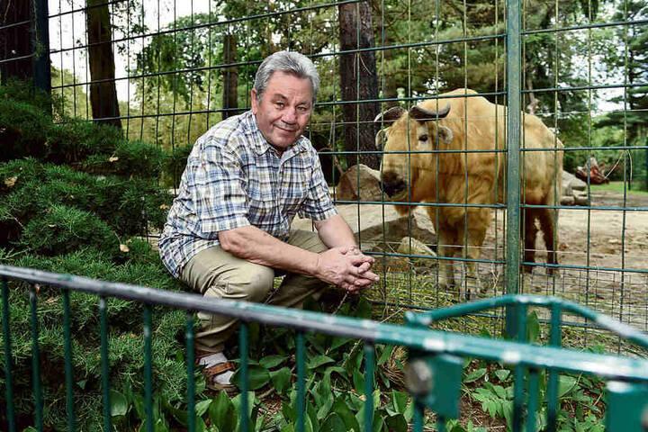 Er schaut so dankbar, als wolle er sich bei Karl-Heinz Kupko (73) für die finanzielle Unterstützung erkenntlich zeigen: Goldtakin Shen (9) ist das Patentier des Kurt-Schlosser-Bergsteigerchors.