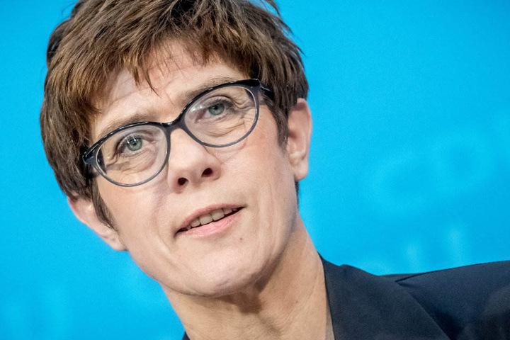 In einer Rundmail an die CDU-Mitglieder erklärt Annegret Kramp-Karrenbauer, dass Maaßen beinah die Regierung gesprengt hätte,