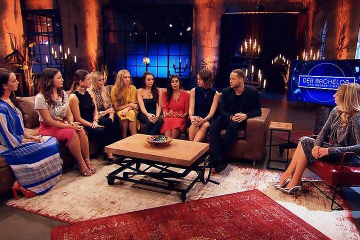 In der Sendung bei RTL sahen sich etliche Bachelor-Kandidatinnen Wochen nach dem Dreh wieder. Eva musste neben der Gewinnerin Jennifer sitzen.