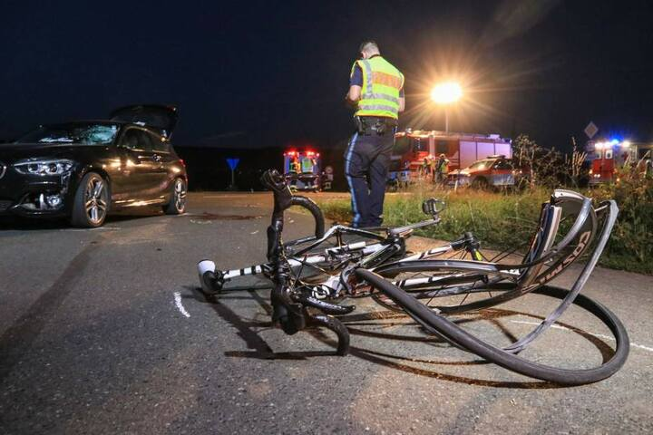 Der Radfahrer schwebt nach dem Zusammenstoß trotz Helm in Lebensgefahr.