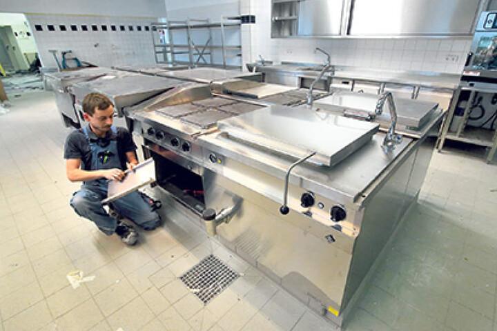 Noch ein paar letzte Bauarbeiten in der Super-Hightech-Küche, dann können hier jeden Tag 2500 Mahlzeiten gekocht werden.