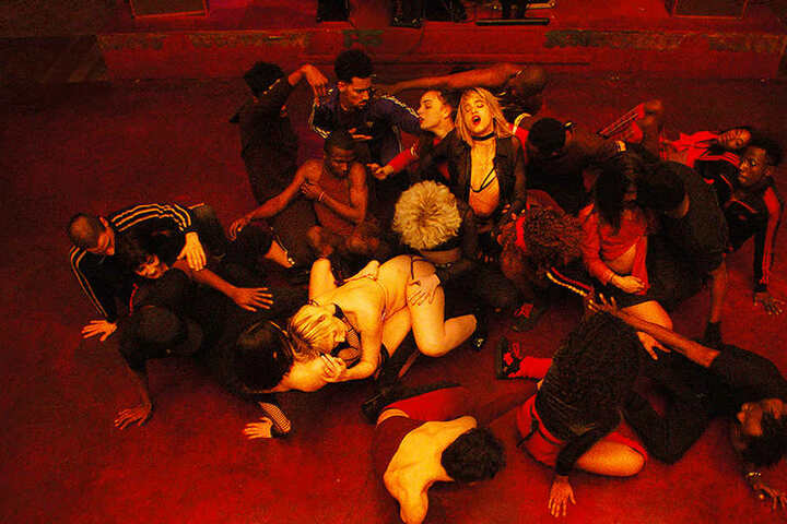 Die Tanz-Choreografie ist eine anzüglich-erotische Gruppenshow.