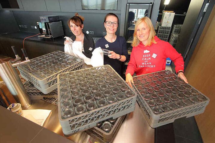 """Nicole Kirsten (33, v.l.), Marie-Luise Burkhardt (31) und Chefin Jana Wittig (42) vom neuen Restaurant """"Palastecke"""" übernehmen am Freitag das Catering."""