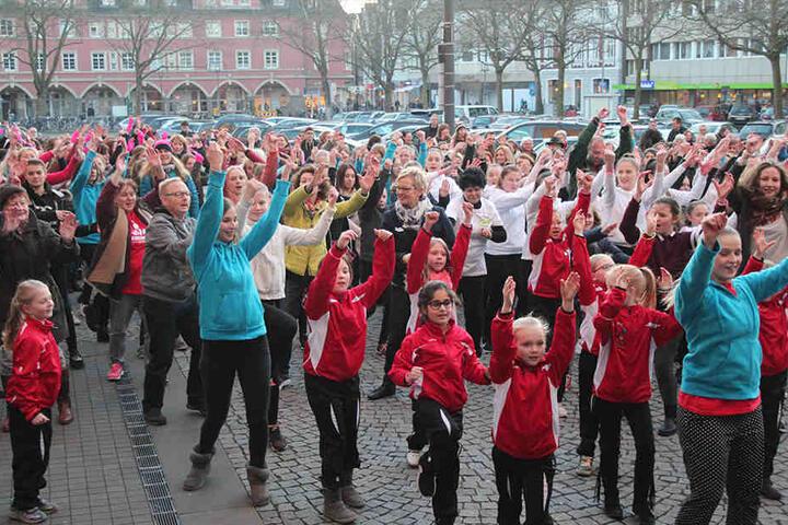 Rund 200 Frauen und Mädchen beteiligten sich an der Aktion vor dem Gütersloher Rathaus.