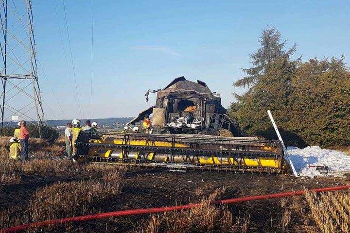 Der Mähdrescher brannte komplett nieder, es entstand rund 300.000 Euro Sachschaden.