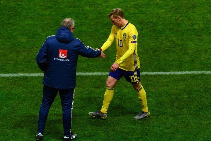 Sichtlich unzufrieden klatschte Forsberg pseudomäßig am Montag mit seinem Coach ab.