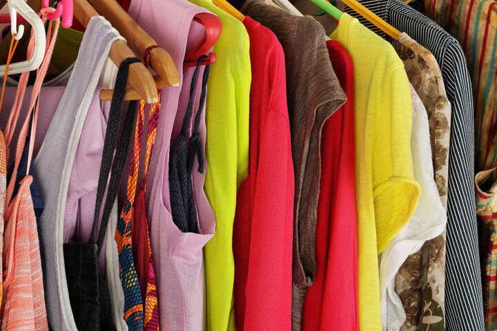 Von Klamotten über anderen Klüngel, bis hin zu Stehrümchen für Deine Wohnung kriegst Du hier einfach alles.