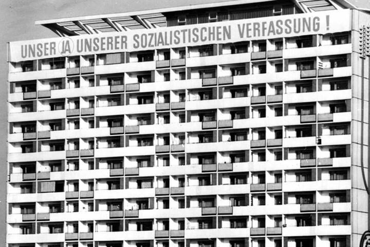 """Die Losung am Haus im Jahr 1969: """"Unser Ja unserer sozialistischen Verfassung!"""" Damals waren die Wohnungen in dem Neubaublock hoch begehrt."""