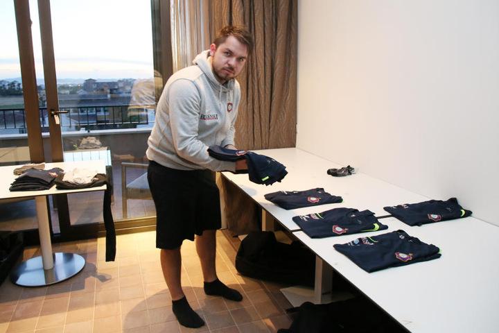 Frische Klamotten abholen, bitte: Betreuer Tommy Käßemodel hat aber nicht nur die Wäscheausgabe voll im Griff.