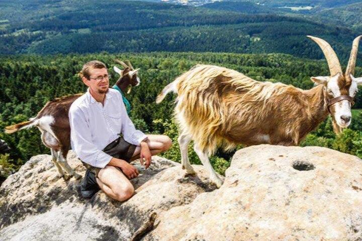 Auf dem Gipfel: Ziegenhirte und Naturfreund Patu Radfeld (31) organisiert die Ziegenwanderungen, will über die Nutztiere informieren.