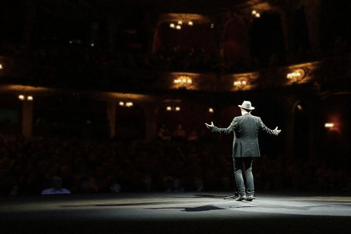 Vor über tausend Zuschauern treten die Künstler im Konzertsaal in der Universität der Künste auf.