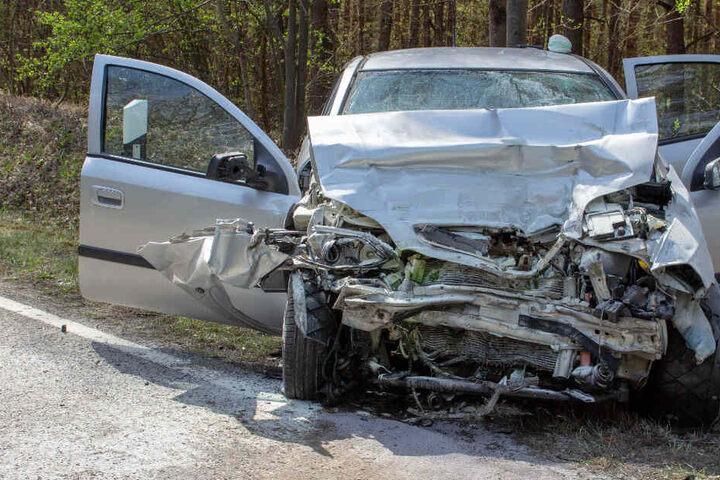 Der 80 Jahre alte Fahrer konnte trotz aller Bemühungen der Helfer nicht gerettet werden.