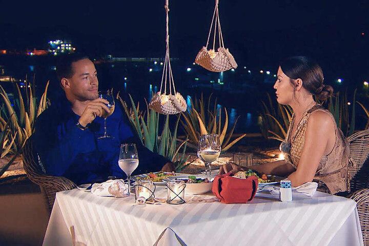 Beim romantischen Candle-Light-Dinner hat Stefanie den Bachelor endlich einmal ganz für sich alleine.