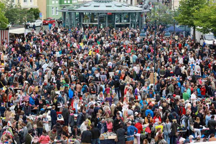 """Der Tausch- und Trödelmarkt auf dem """"Siggi"""" zieht jedes Mal zahlreiche Besucher an."""