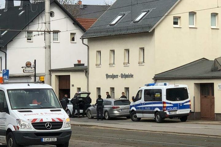 """An der """"Preußner Schmiede"""" finden Fahrzeug und Personenkontrollen statt."""