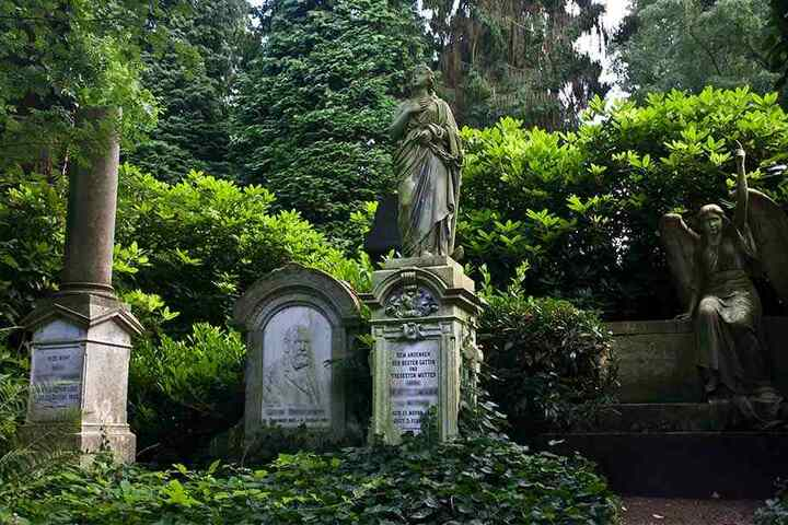 Die Gräber passend exakt in das Friedhofsbild hinein.