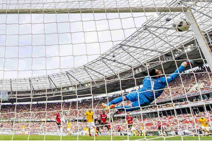 Ein Traumtor! Nach dem Volleyschuss von Florian Ballas schlägt der Ball im Hannoveraner  Dreiangel ein.