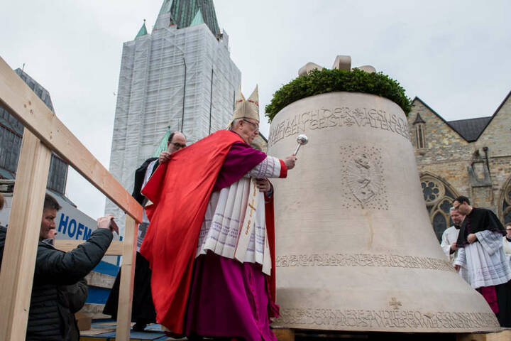 Die große Glocke wiegt mehr als 13.000 Kilo.