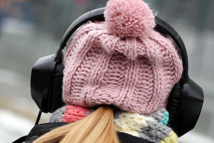 Die Kopfhörer sorgen für eine Gefahr im Verkehr.
