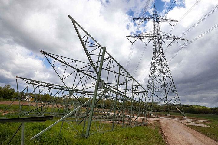 Auf einem Feld zwischen der Neefestraße und Mittelbach werden derzeit Strommasten erneuert.