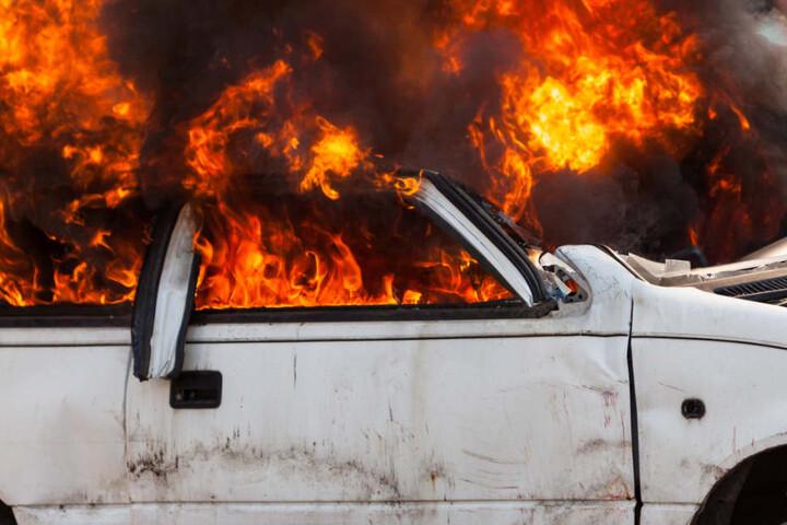 Der 43-Jährige entdeckte das brennende Auto mitten in der Nacht vor seinem Haus. (Symbolbild)