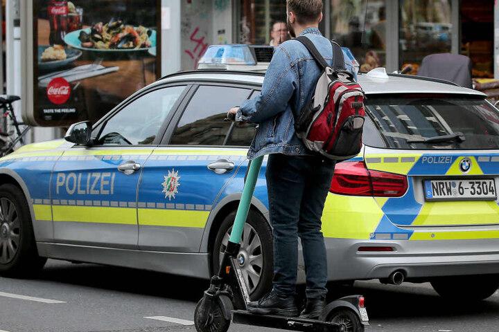 Ein Mann auf einem E-Scooter in Köln. (Symbolbild)