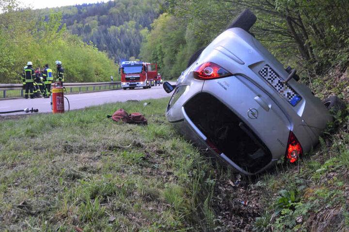 Der Zusammenstoß war so stark, dass sich der Opel der 25-Jährigen überschlug und neben der Fahrbahn auf dem Dach liegen blieb.