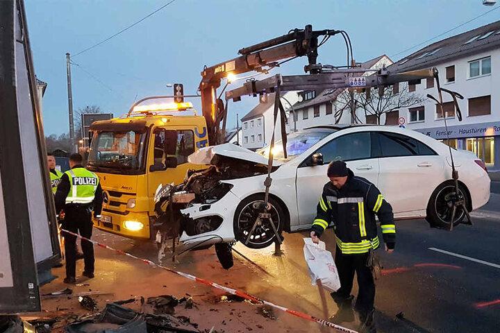 Mit Hilfe eines Abschleppwagens wurde der Mercedes von der Unfallstelle entfernt.