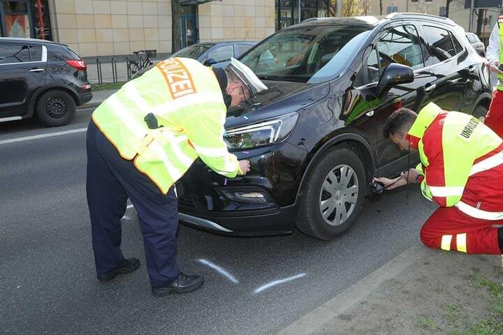 Einsatzkräfte von Polizei und Unfallforschung sichern Spuren am Unfallauto.