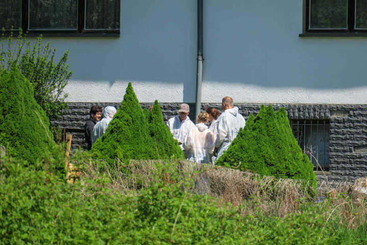 90 Polizisten und Beamte der Stadt Chemnitz durchsuchten drei Häuser in Chemnitz und im Erzgebirge.