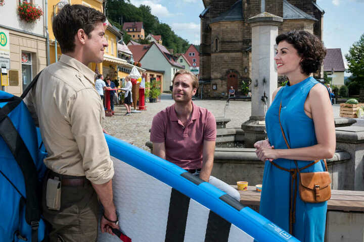 Jonas (l.) ist wenig begeistert, dass Emilia sich mit ihrem Ex-Freund Moritz (Bernd-Christian Althoff) trifft.