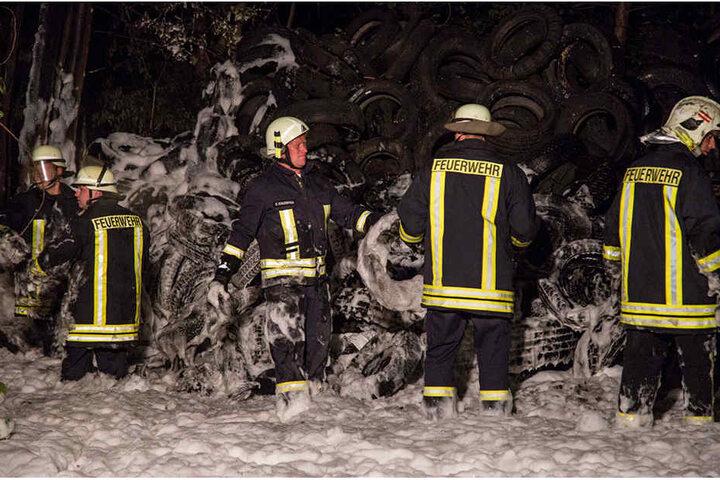 Die Kameraden der Feuerwehr stehen fast knietief im Schaum.