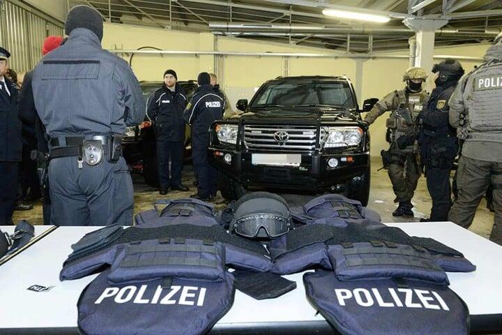 1600 der neuen, nur 1,5 Kilo schweren, Schutzhelme und 2600 Schutzwesten wurden angeschafft.