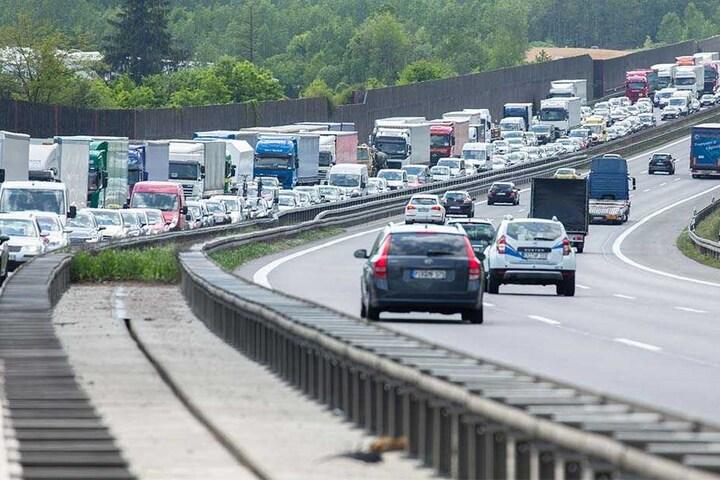 Stau mitten im Berufsverkehr. Autofahrer brauchen auf der A4 bei Chemnitz Geduld.