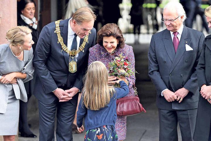 Blumen für die Königin. Silvia von Schweden engagiert sich seit vielen Jahren für den Schutz von Kindern.