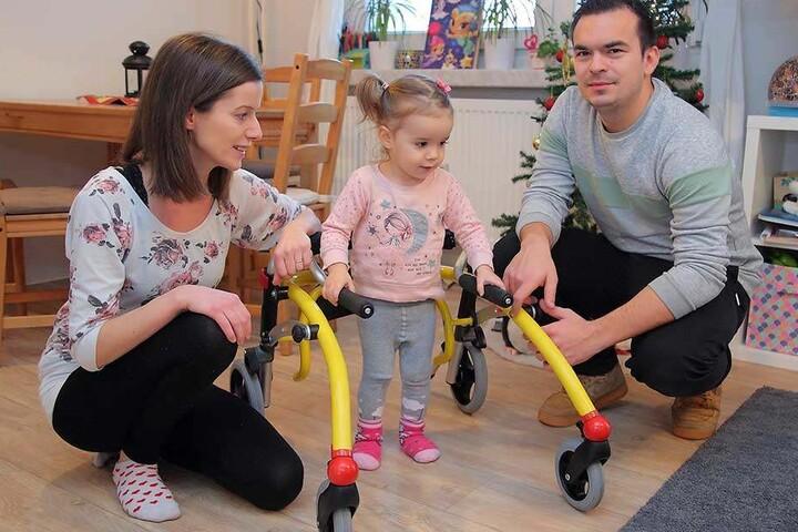Ein glückliches Kind: Elena (fast 2) läuft vor den Augen von Mama Marie Lorentschk (34) und Meditech-Teamleiter Philip Günther (28) erstmals allein mit ihrem neuen Rollator.