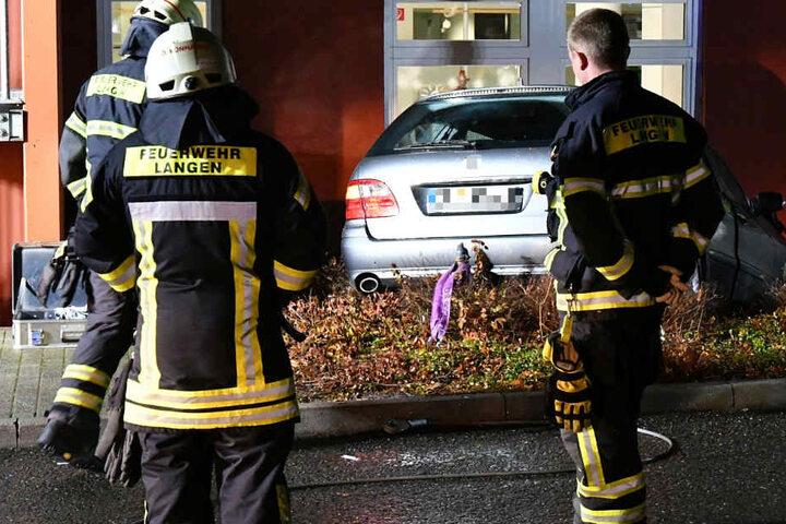 Feuerwehrkräfte übernahmen die Bergung des verunglückten Autos.
