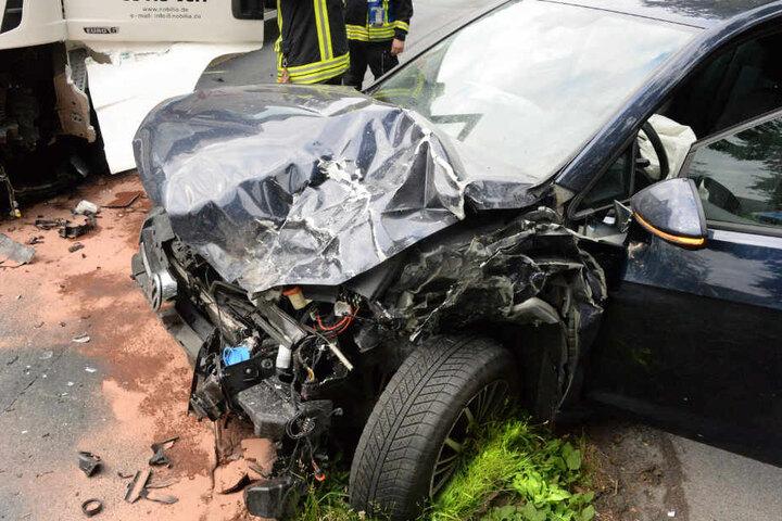 ...als auch der Golf wurden total zerstört bei dem Crash.