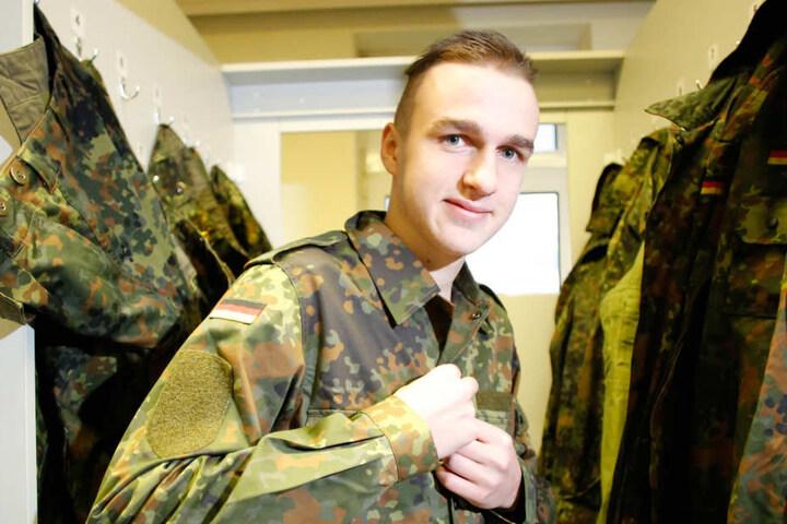 Leon Henke probiert eine tarnfarbene Uniform. Er wusste schon in der 9.  Klasse, dass er einmal als Zeitsoldat zur Armee gehen möchte.